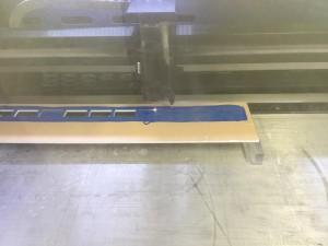 一日置いたアクリル板を欲しい形状にレーザーでカットします